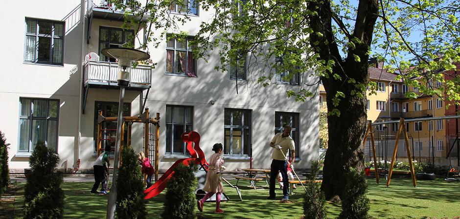 Beboere på vårdugnad i bakgården til Dannevigsveien 7 - Arendalsgata 3 på Sagene.