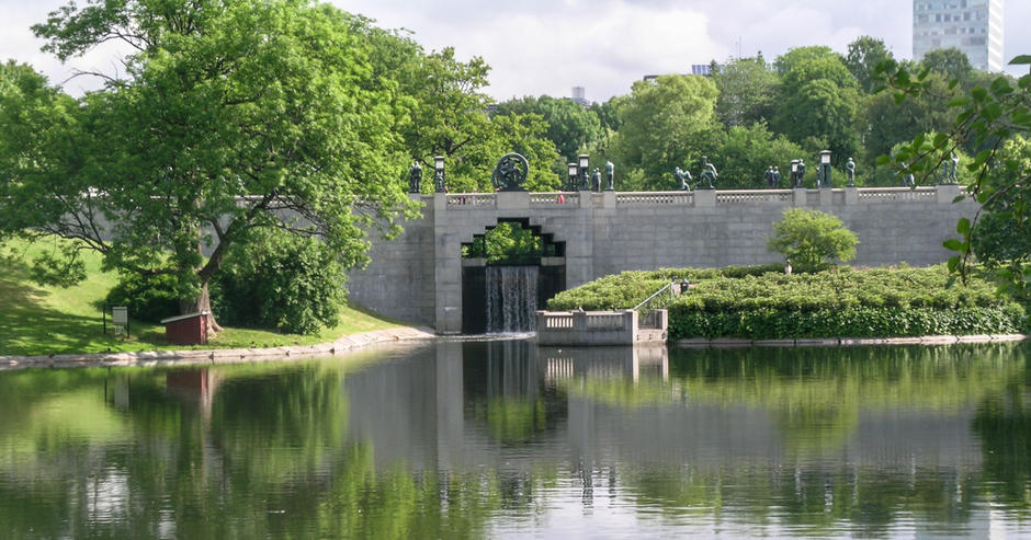 Bro i Frognerparken med Frognerdammen i forgrunn.
