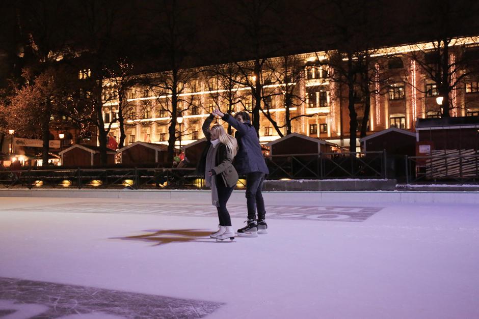 Et kjærestepar skøyter på isen i Spikersuppa.
